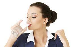 Femme qui boit d'eau